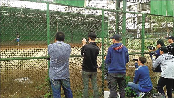 曹錦輝去年11月在台中接受測試,吸引10多名大聯盟球探到場。(曹錦輝提供)