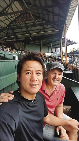 駐澳洲的道奇球探凱利(右),不但牽線促成合約,也讓曹錦輝住在他家。(曹錦輝提供)