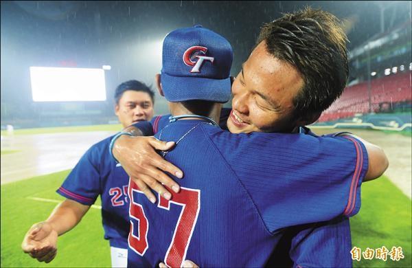 拿下世大運棒球冠軍,將踏入職棒的王柏融和相處多年的隊友相擁。(特派記者林正堃攝)