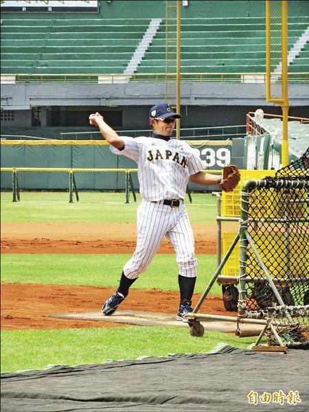 日本隊教頭仁志敏久親自幫子弟兵餵球。(記者林宥辰攝)