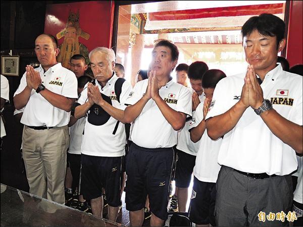 日本少棒隊由總教練仁志敏久(右)帶隊,到奉祀日本飛官的飛虎將軍廟參拜。(記者蔡文居攝)