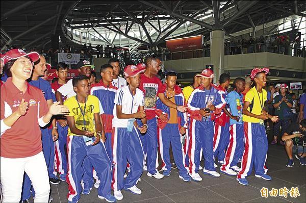 歸仁地方各界在高鐵站快閃演出迎接古巴隊,古巴小選手忍不住跟著手舞足蹈。(記者吳俊鋒攝)