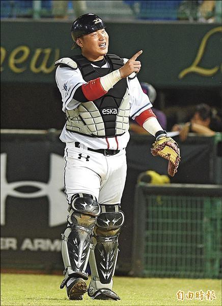 因為世界12強棒球賽總教練郭泰源想多觀察林泓育,桃猿隊昨天難得安排林泓育先發蹲捕。(記者陳志曲攝)