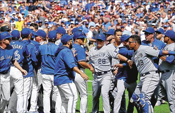 藍鳥與皇家昨役也槓上,兩邊板凳全清空,險釀成衝突。(法新社)