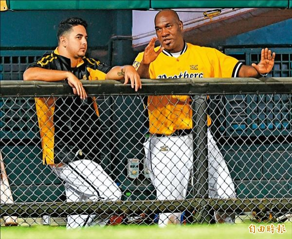 中信兄弟決定登錄克拉帝(左),康崔拉斯則轉任客座投手教練。(資料照,記者劉信德攝)