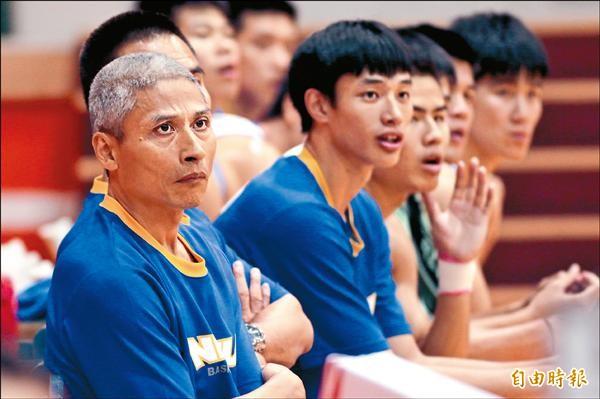 高師大教練徐耀輝(左)帶隊北上參加全國社會組籃賽,仍心繫子弟兵郭昭男。(記者林宗偉攝)