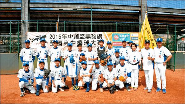 竹中球員別上黑絲帶,和學長「交大轟哥」的23號球衣合影。(棒協提供)