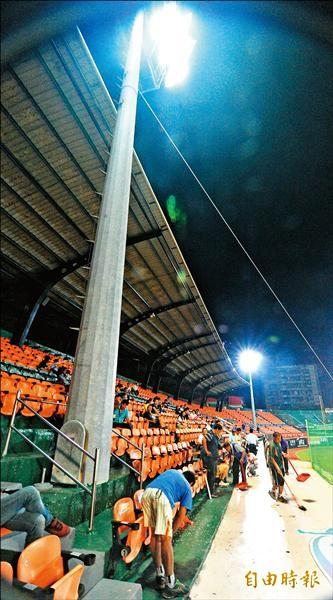 日前台南球場照明燈罩遭界外飛球擊破,發生碎片掉落傷人意外。(資料照,記者黃志源攝)