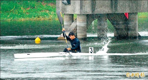簡證嚴在男子輕艇 200公尺單人愛斯基摩艇,奪得金牌。(記者黃志源攝)