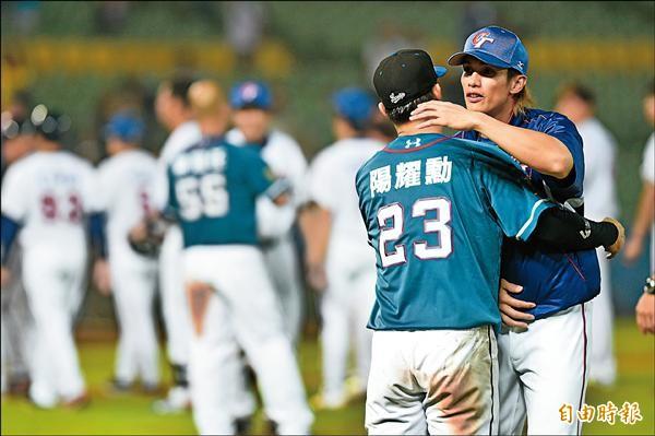 陽岱鋼(右)熱身賽後與哥哥陽耀勳互相擁抱。(記者廖耀東攝)