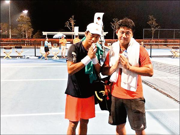 盧彥勳(左)與李欣翰以直落二擊敗日本組合。(取自盧彥勳臉書)