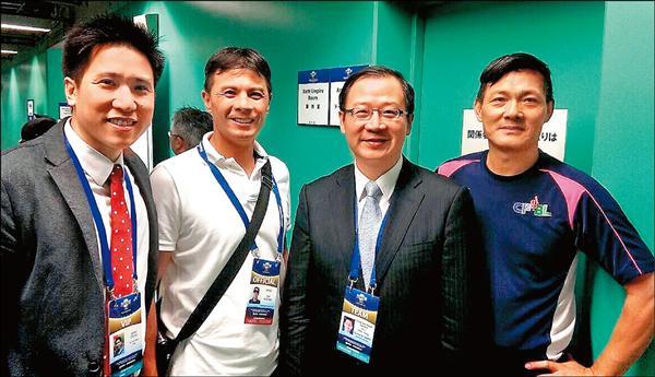 中職會長吳志揚(右二)赴東京觀看12強賽事,也關心兩名執法裁判蘇建文(右)和紀華文(左二)。(中職提供)