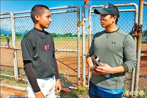 周思齊(右)相當看好光復青少棒學弟馬傑森(左)的未來性,想資助他到日本留學。(記者羅志朋攝)