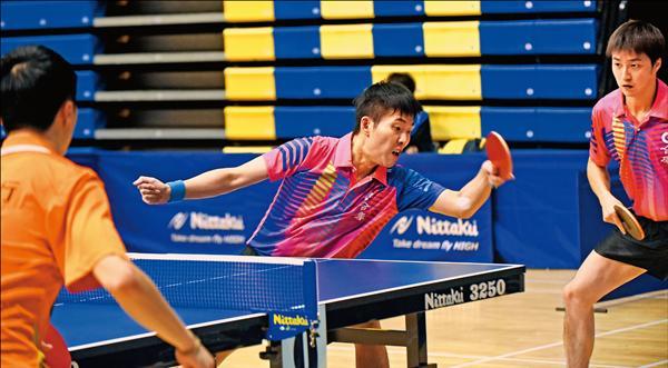 江宏傑(右)與黃聖盛(中)拿下全國桌球錦標賽男雙冠軍。(桌協提供)