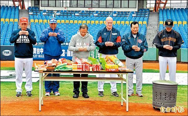 亞洲冬季聯盟今開打,中職會長吳志揚(左三)率各隊總教練在台中洲際棒球場進行祈福儀式。(記者徐正揚攝)