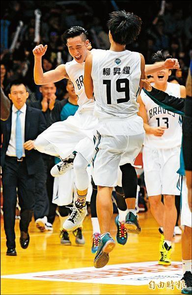 勇士演出逆轉勝,林書緯(左)和柳昇耀開心慶祝。(記者林正堃攝)