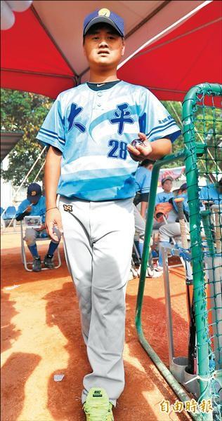前中信兄弟球員李祖岑回到家鄉恆春執教,從少棒球員身上找回對棒球的熱情。(記者黃志源攝)