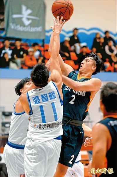 金酒後衛簡偉儒昨役拿下8分、9籃板。(記者林正堃攝)