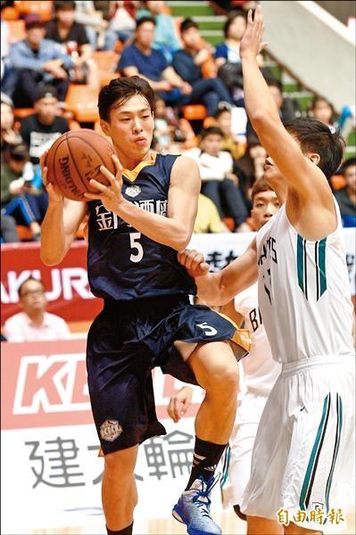 宋宇軒(左)昨過26歲生日,對富邦勇士繳出全隊最高的15分、5籃板。(記者羅沛德攝)