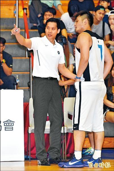 富邦總教練顏行書(左),首次挑戰即成功改判。(資料照,記者羅沛德攝)