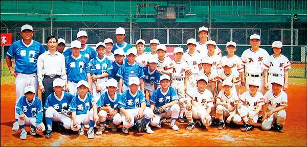 小五的郭俊麟在新竹球場與日本球隊打交流賽。郭俊麟:「我穿護具,最帥那個!林羿豪(最後一排中間最高的藍衣者)都快比教練高了。」(郭俊麟提供)