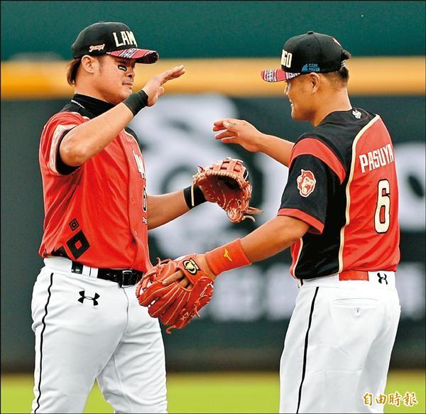 林智勝與石志偉是否在兄弟另類合體,將成新球季一大話題。圖為石志偉(右)引退,林智勝(左)含淚送別。(資料照,記者林正堃攝)