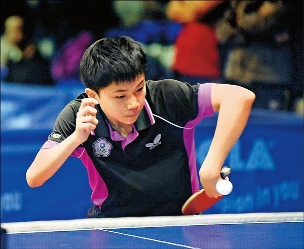 14歲的「桌球神童」林昀儒首度領到成人國手當選證書。(桌協提供)