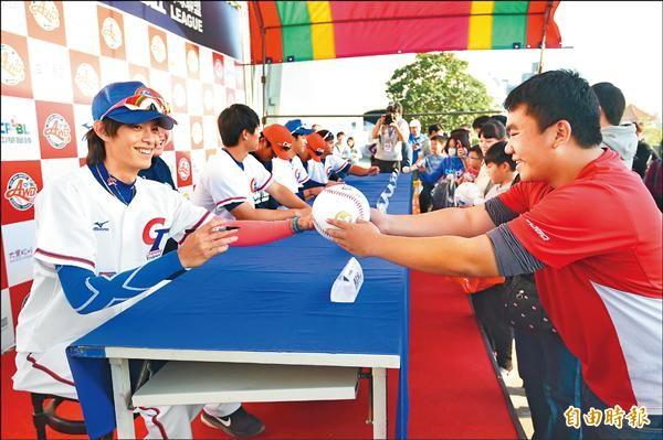 今年冬季聯盟廣受好評,球員簽名會也吸引眾多球迷參與。(資料照,記者廖耀東攝)