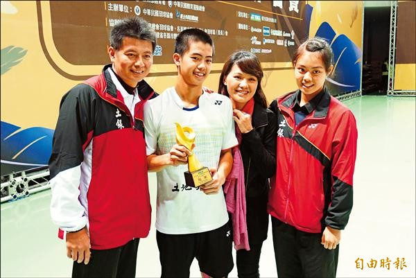 李佳豪(左2)拿下男單乙組冠軍,全家都替他開心。(記者卓佳萍攝)