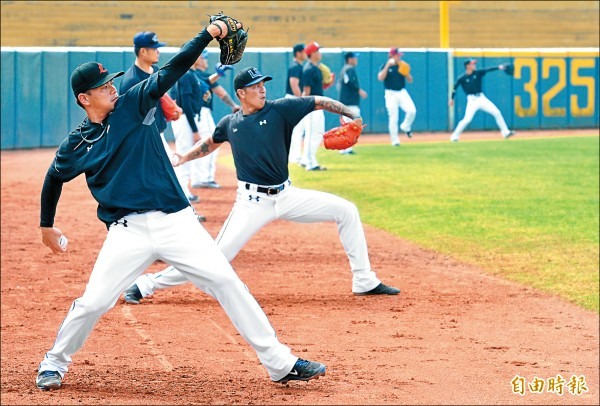 衛冕軍Lamigo桃猿在屏東棒球場為新球季備戰,今年同樣以總冠軍為目標,期待締造3連霸王朝。(記者黃志源攝)