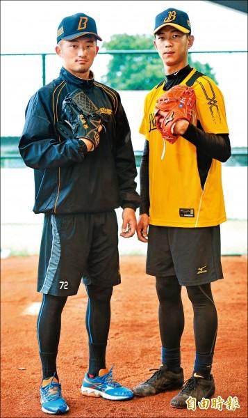 彭識穎(左)、歐耀宗(右)可望擔任兄弟一軍的中繼投手角色。(記者黃志源攝)