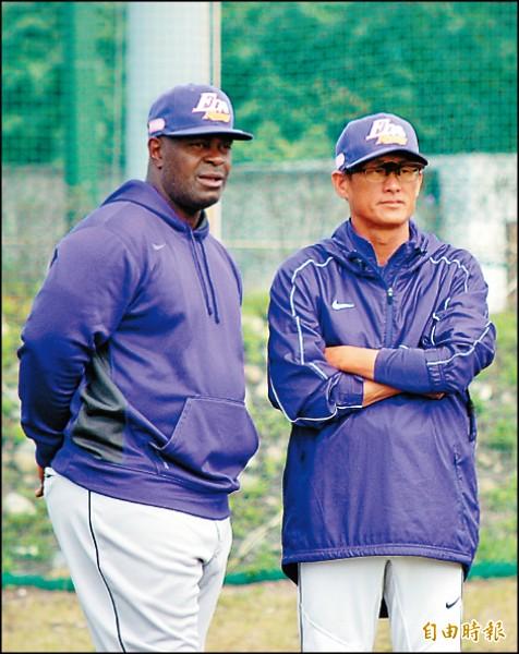 犀牛客座打擊教練克拉克(左)表示,看高國輝練球是一種享受。(記者吳清正攝)