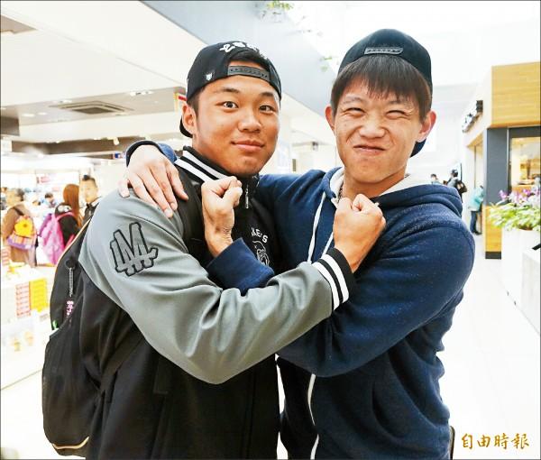 陳冠宇(右)特赴機場送機,提到前天對決,開玩笑地感謝學弟王柏融(左)賞臉出局。(特派記者林正堃攝)