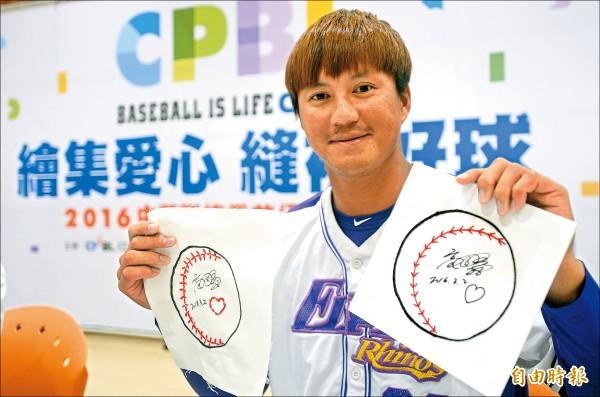 高國輝開心秀出自己縫製的棒球圖樣。(記者林正堃攝)