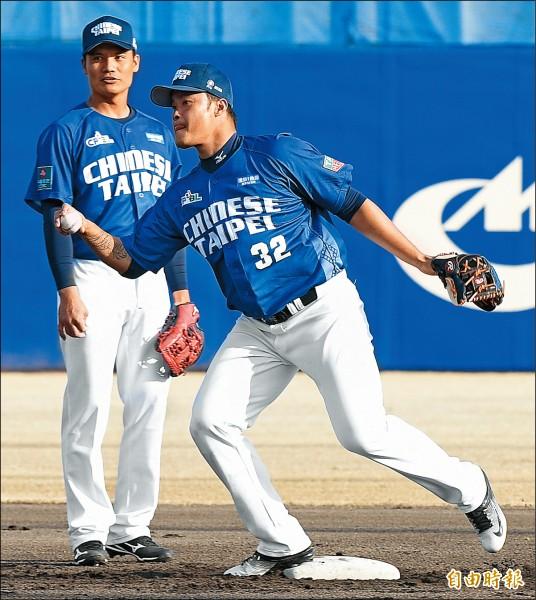 中職聯隊抵名古屋球場練球,林智勝(右)與王勝偉(左)在二壘進行守備練習。(特派記者陳志曲攝)