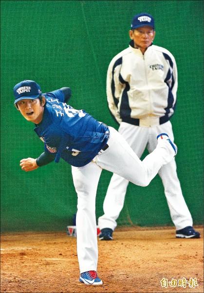 王溢正(左)進牛棚練投51球,狀況調整不錯,教練郭泰源(右)在旁指導。(特派記者陳志曲攝)