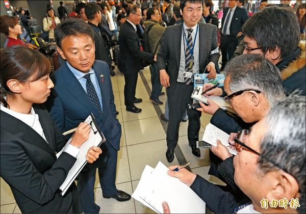 台日職棒對抗賽明天登場,日方也高度關注,中職聯隊總教練洪一中(左2)在關西機場接受日媒採訪。(特派記者陳志曲攝)
