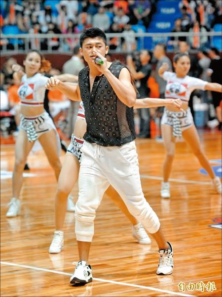 從球員變成歌手,前台銀球員鄭皓璿以完全不同心境踏上球場的地板,昨夜是他首度以歌手藝名正皓玄的身分,擔任SBL開場嘉賓。(記者黃志源攝)