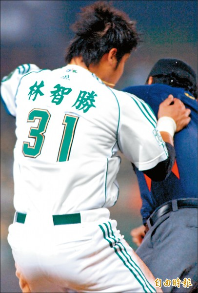 2008年4月4日,當時在La NEW熊的林智勝(左)發生衝撞江春緯事件。 (資料照,記者黃志源攝)