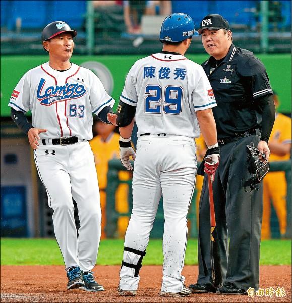 陳俊秀(中)前晚抗議好球帶被逐出場,還用身體衝撞主審,遭禁賽1場、罰款3萬元。 (資料照,記者陳志曲攝)
