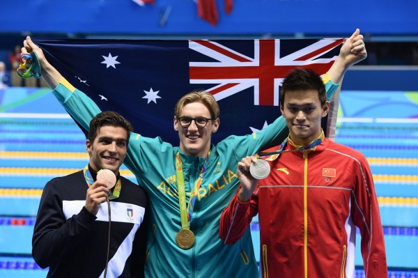 澳洲游泳選手何頓(Mack Horton)在男子400公尺自由式決賽擊敗中國名將孫楊(右)。(歐新社)
