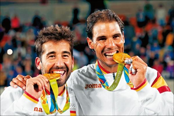 繼北京奧運男單奪金後,納達爾又與搭檔羅培茲為西班牙進帳一面奧運男雙金牌。 (路透)