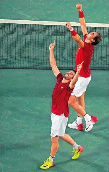 納達爾與羅培茲為西班牙進帳男雙金牌,賽後興奮歡呼。 (路透)