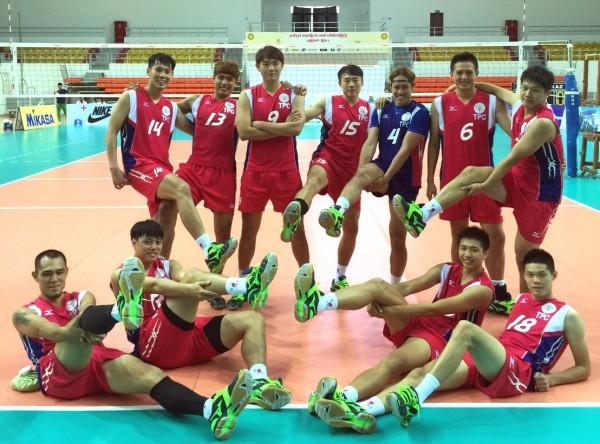 台灣男排預賽二連勝,賽後開心合影。(排球協會提供)