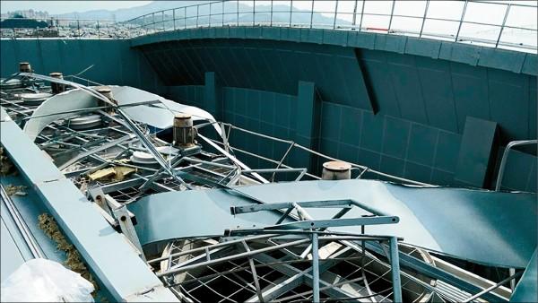 國訓中心球類館屋頂毀損。(國訓中心提供)