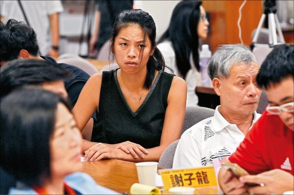 謝淑薇(中)與爸爸謝子龍(右)。(資料照)