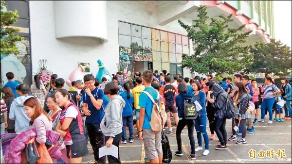 戴資穎的球迷在高市體育處門口大排長龍。(記者洪定宏攝)