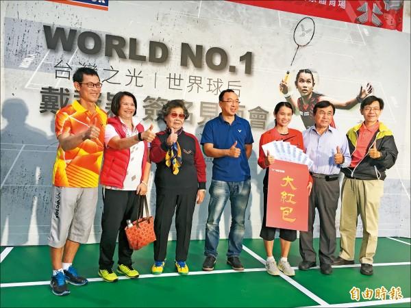 勝利體育總經理陳庶榮頒給戴資穎大紅包,並與小戴親友合照。 (記者卓佳萍攝)