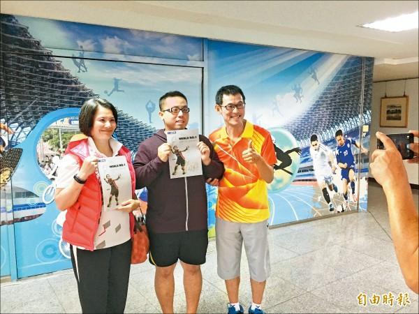 戴資穎父親戴楠凱(右)、母親胡蓉(左),在現場也成為粉絲追逐焦點。(記者卓佳萍攝)