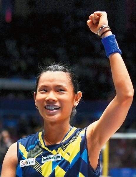 來自台灣的世界球后戴資穎擊敗前世界球后瑪琳後,高舉左手慶祝。(法新社)